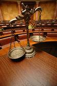 Decorativa balança da justiça no tribunal — Fotografia Stock