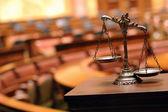Mahkeme salonunda adaletin dekoratif terazisi — Stok fotoğraf