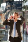 Homem de negócios jovem zangado telephon — Fotografia Stock