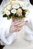 The bride with a ring on his finger holds the bridal bouquet — Stock Photo