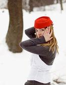 Красивая девушка в red hat в зимний период — Стоковое фото