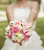 Bride in a white dress with a wedding bouquet — Stock Photo