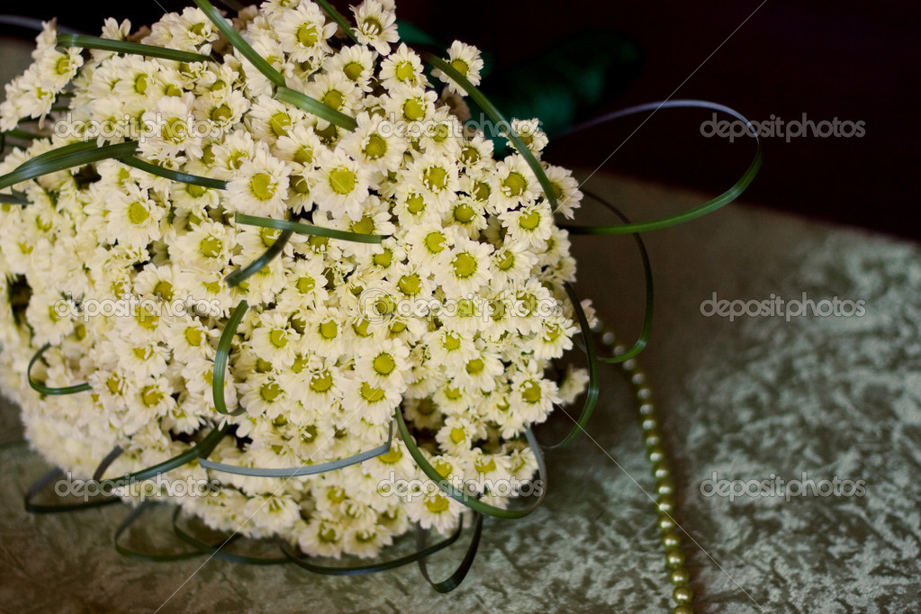 Bridal bouquet of daisies on the table — Stock Photo #5390630