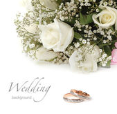 Wedding rings and roses bouquet — Stok fotoğraf