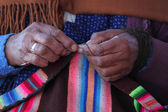 Handen van de oude peruaanse vrouw — Stockfoto