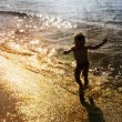 Child playing with the sea — Stock Photo