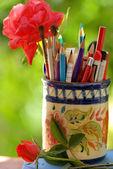 Sacco di matite in vaso isolato su uno sfondo verde — Foto Stock