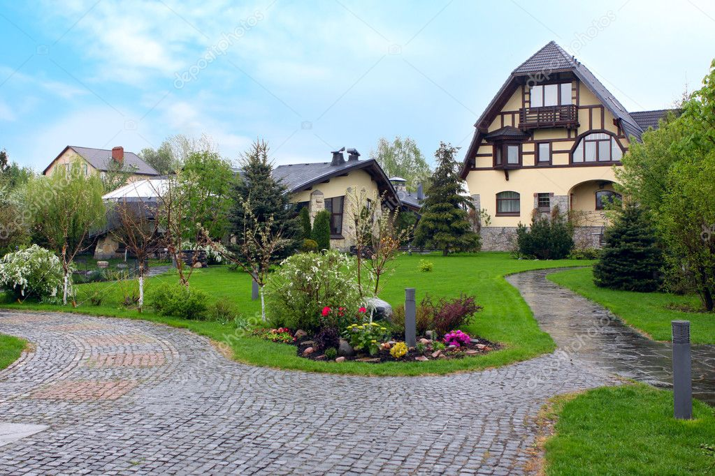 Casa di lusso con giardino fiorito foto editoriale stock for Classic house with flower garden