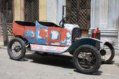 Jirones de coches de época en una calle de la habana, cuba — Foto de Stock