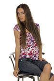 Mooi meisje zit op de bar stool — Stockfoto