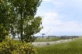 Yeşil mavi gökyüzü bulutlu kaya — Stockfoto