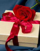 Present box and red rose — Foto Stock