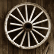 Rustic wagon wheel — Stock Photo