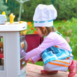 Little girl having fun playing cooking — Stock fotografie