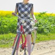 Young girl with a vintage bicycle — Foto Stock