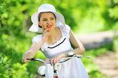 Jovem mulher com uma bicicleta vintage — Foto Stock