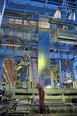 Máquina para el trabajador y la hoja de acero — Foto de Stock