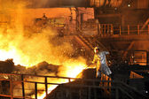 Molten hot steel pouring and worker — Foto Stock