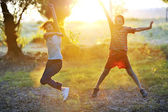 Children play against the sun — Stock Photo