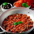 rajčatová omáčka s bazalkou a olivami — Stock fotografie