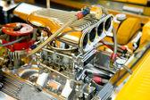 Compartimento com um grande número de peças cromadas de motor poderoso hot-rod — Fotografia Stock