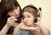 Mãe alimentar o seu bebé — Foto Stock