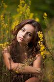 Portret młodej kobiety na polu kwiaty — Zdjęcie stockowe
