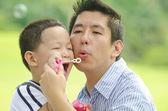 Asyalı baba — Stok fotoğraf