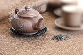 Чайник, чашки и зеленый чай — Стоковое фото