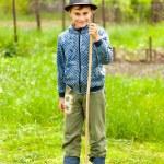 malý chlapec v čepici a boty venkovní — Stock fotografie