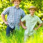 Ojciec i syn odkryty w lesie — Zdjęcie stockowe