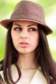 屋外の帽子を持つ若い女 — ストック写真