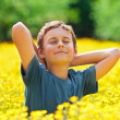 Cute kid in a field of flowers — Foto de Stock