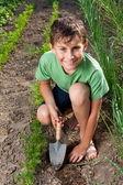 Jongen werken in de tuin — Stockfoto