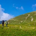 touristes en randonnée sur la crête d'iezer dans les montagnes de parang — Photo