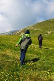 Turistas caminhadas no pico de iezer nas montanhas parang — Foto Stock