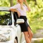 彼女の車の近くの携帯電話で話す若い実業家 — ストック写真