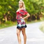 joven mujer rubia al aire libre en una calle — Stockfoto
