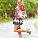 joven mujer rubia al aire libre en una calle — Foto de Stock