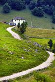 Estrada e casa na montanha — Foto Stock