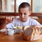 dítě jíst polévku v restauraci — Stock fotografie