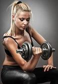 Egzersiz yapıyor atletik genç kadın — Stok fotoğraf