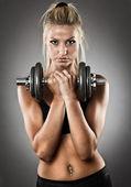 Młoda kobieta lekkoatletycznego robi treningu — Zdjęcie stockowe