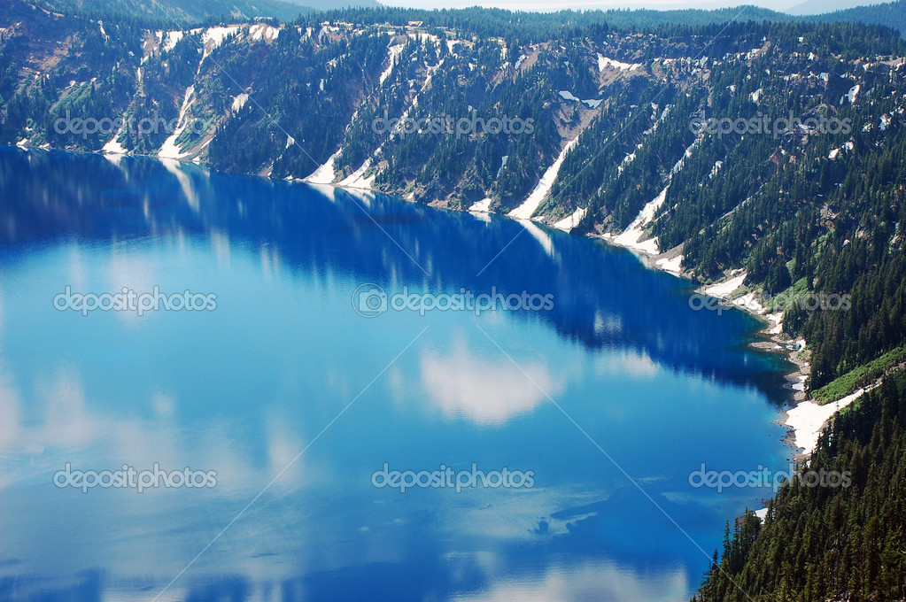 Blue reflective Crater Lake in Oregon, USA — Stock Photo #6313528