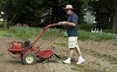 Homme à l'aide d'un motoculteur de jardin — Photo