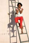 Op dilemma op ladder — Stockfoto