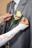 Bouquet dello sposo e fidanzata di mani — Foto Stock