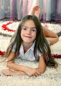 Jeune fille allongée sur un tapis — Photo