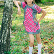 Foto Stock: Girl standing near tree