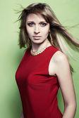 Porträt der blonde Frau in einem roten Kleid — Stockfoto